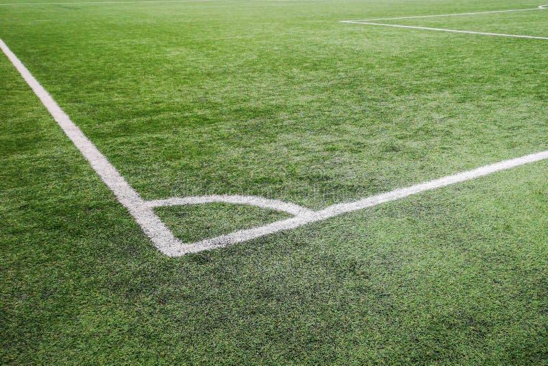Угловое футбольное поле, футбольное поле травы маркировки мелом угла искусственное стоковое изображение rf