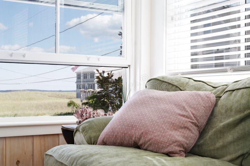 угловойая уютная живущая комната стоковое фото