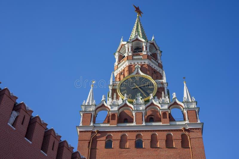 Угловой взгляд башни Spasskaya, переведенный как башня спасителя, это главная башня на восточной стене Москвы Кремля которая стоковые фотографии rf