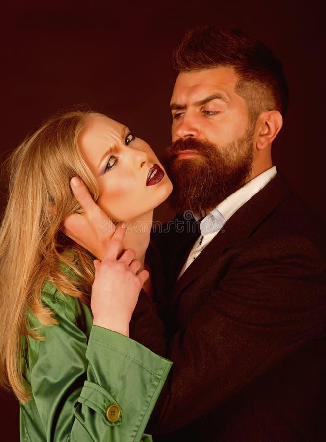 Углублять любовь и интимность Значки стиля Они оба мода любов соедините влюбленность Бородатая женщина объятия человека с длиной стоковые изображения