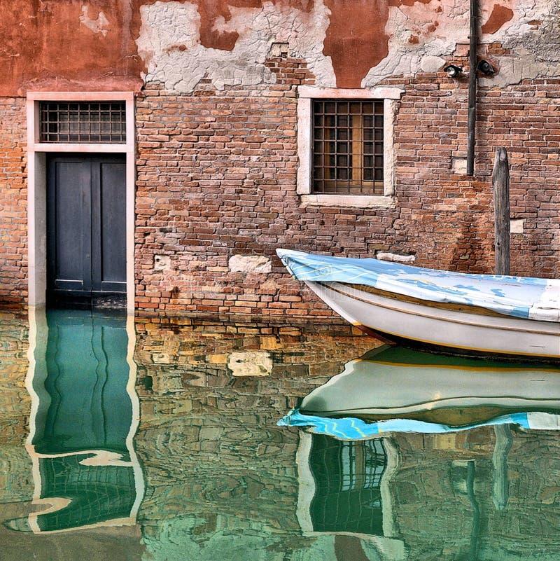 Углы Венеции красочные со старыми зданиями, окном, дверью и архитектурой, шлюпками и красивыми отражениями воды на небольшом кана стоковые изображения