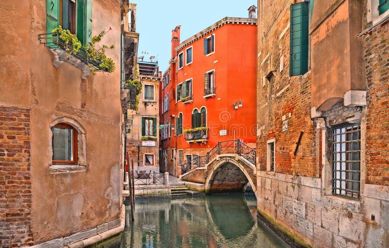 Углы Венеции красочные, старые здания и окна, канал воды со шлюпками и небольшой мост, Италия стоковое изображение rf