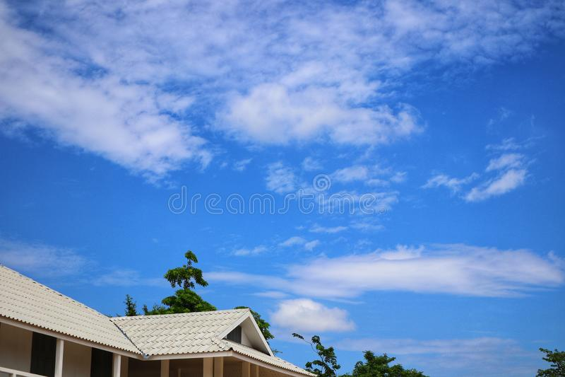 Углы крыши, красивая предпосылка неба с белыми облаками, естественное на открытом воздухе, хороший день стоковые фото