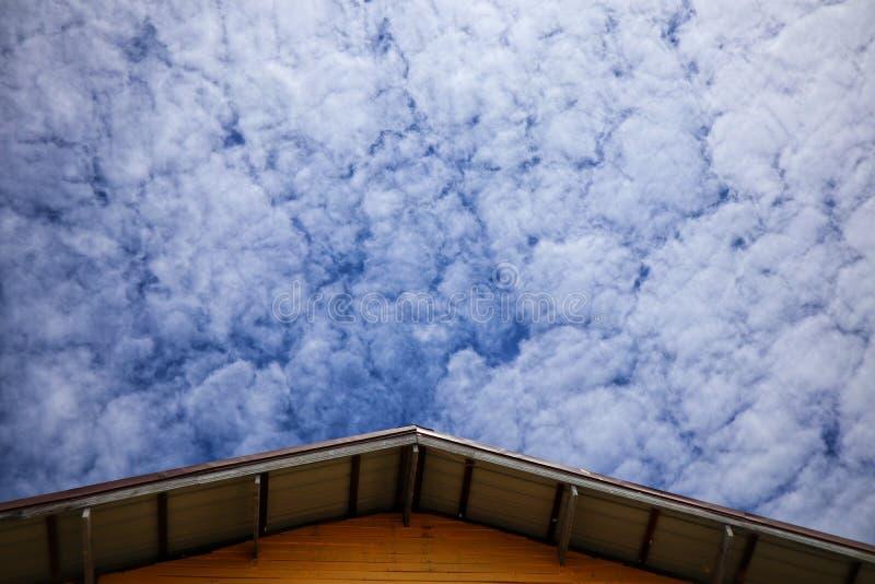 Углы крыши, красивая предпосылка неба с белыми облаками, естественное на открытом воздухе, летом стоковое изображение