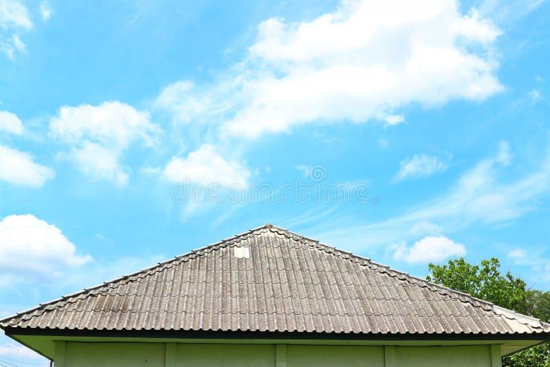 Углы крыши, красивая предпосылка неба с белыми облаками, естественное на открытом воздухе, хороший день летом стоковые изображения rf