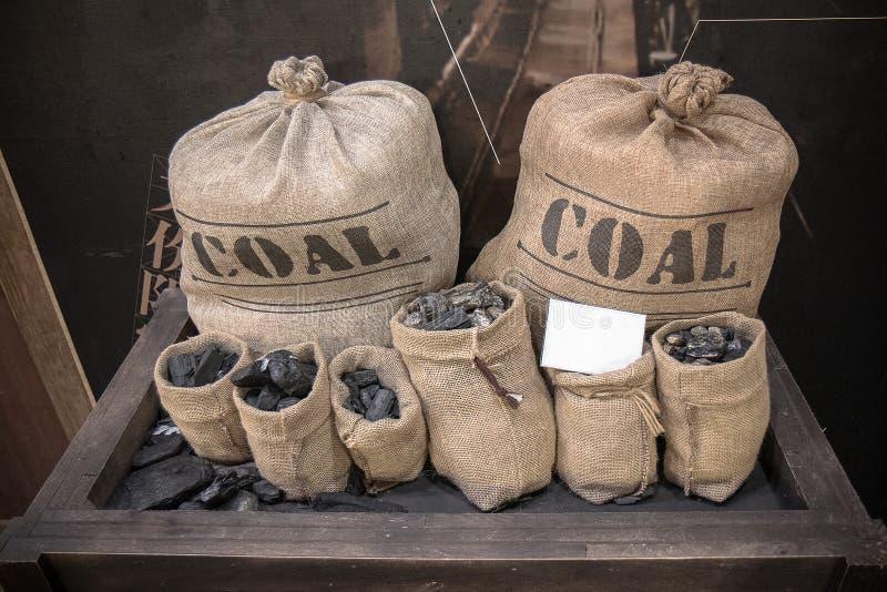 Уголь в меньших мешках хлопка стоковое изображение