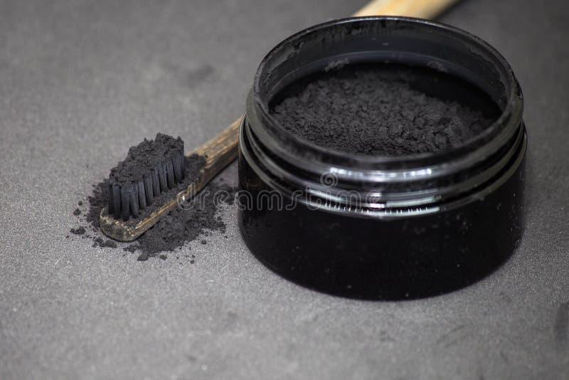 Уголь на зубной щетке для того чтобы забелить зубы стоковое изображение