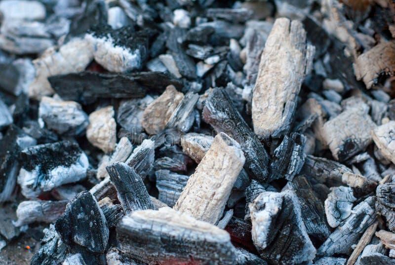 уголь Потухший огонь Справочная информация текстура стоковые фотографии rf