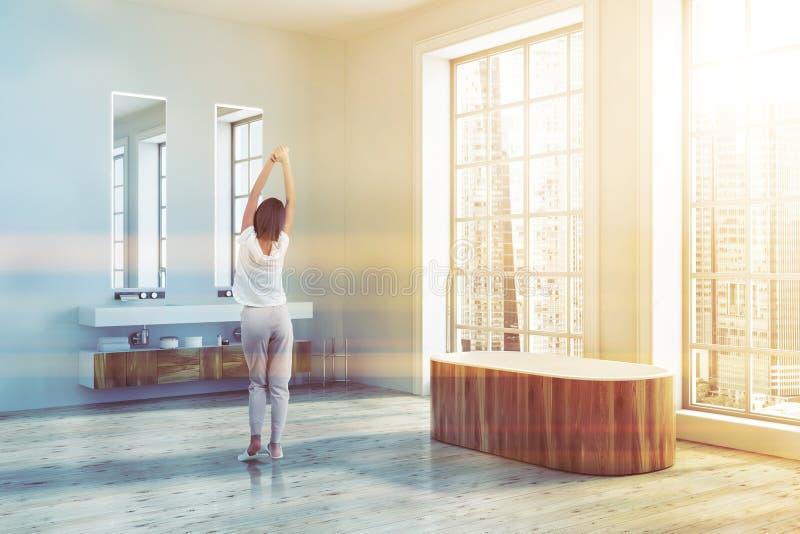 Угол ванной комнаты просторной квартиры, деревянный тонизированный ушат иллюстрация штока