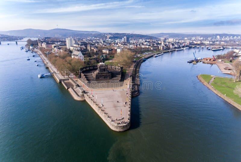 Угол исторического памятника Германии города Кобленца немецкий куда реки Рейн и mosele пропускают совместно на солнечный день стоковые изображения rf