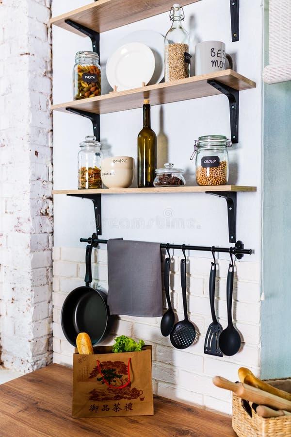 Угол кухни с различными варя утварями стоковые изображения
