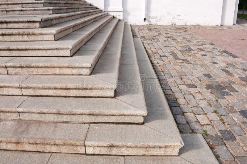 Угол лестницы старого гранита пустой на булыжнике стоковое изображение