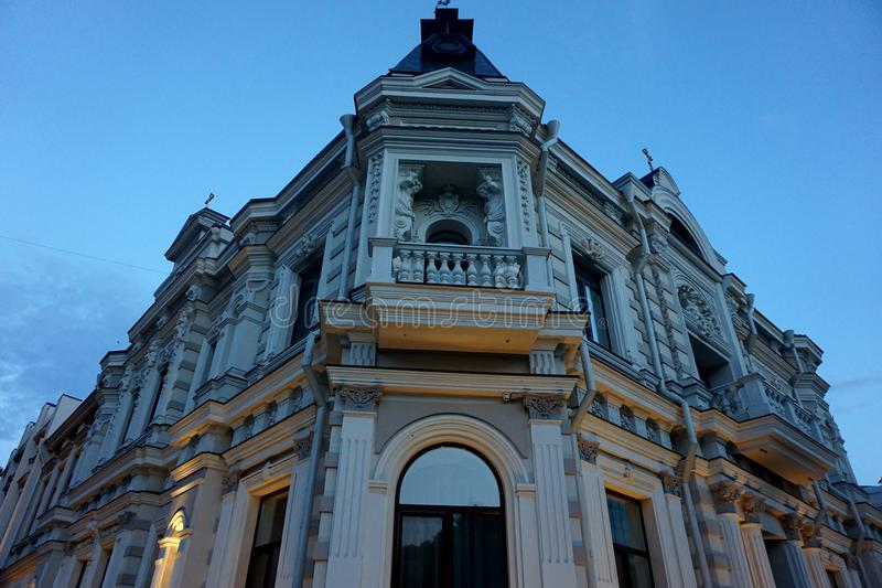 Угол старинного здания обозревая пересечение Красивое второй этаж стоковое фото
