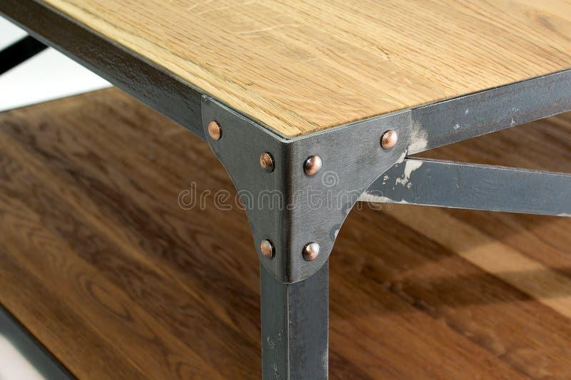Угол Ironwork с заклепками Отладка для таблицы стоковая фотография