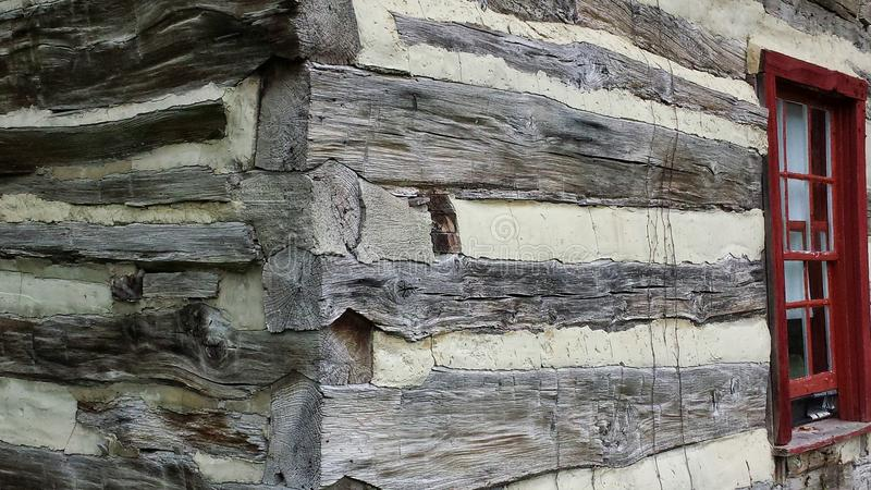 Угол и окно исторической бревенчатой хижины внешний стоковое фото