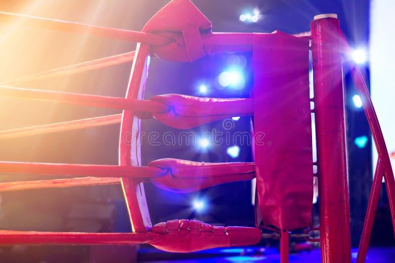 Угол и прожекторы боксерского ринга красные стоковое фото rf
