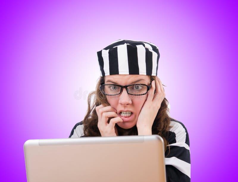 Уголовный хакер с компьтер-книжкой на белизне стоковая фотография rf