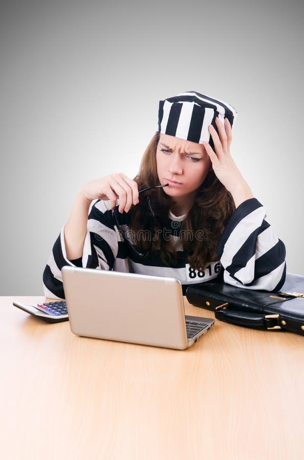 Уголовный хакер с компьтер-книжкой против градиента стоковые изображения rf