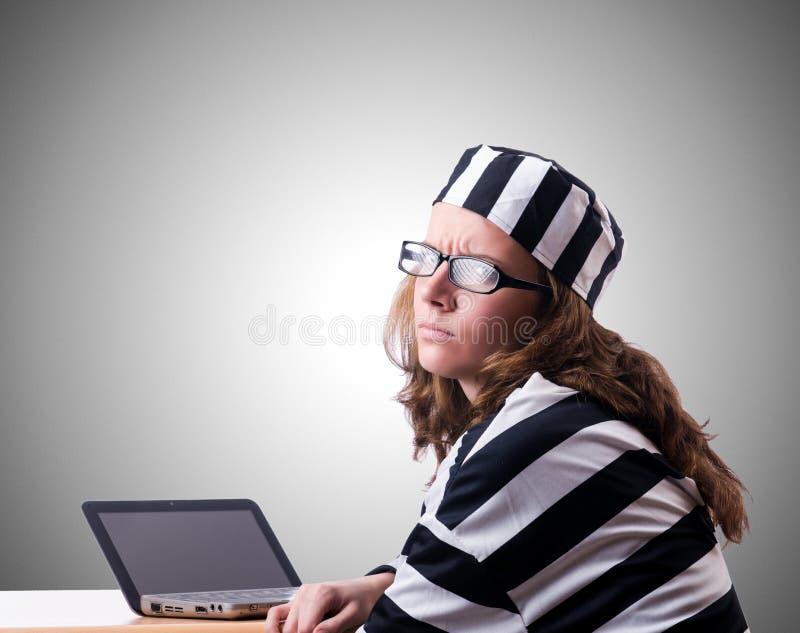 Уголовный хакер с компьтер-книжкой против градиента стоковое фото
