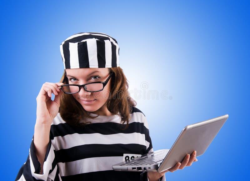Уголовный хакер с компьтер-книжкой против градиента стоковое фото rf