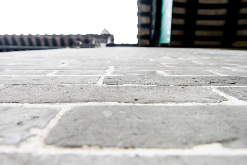 Угол перспективы каменной стены смотря вверх на крыше стоковое фото rf