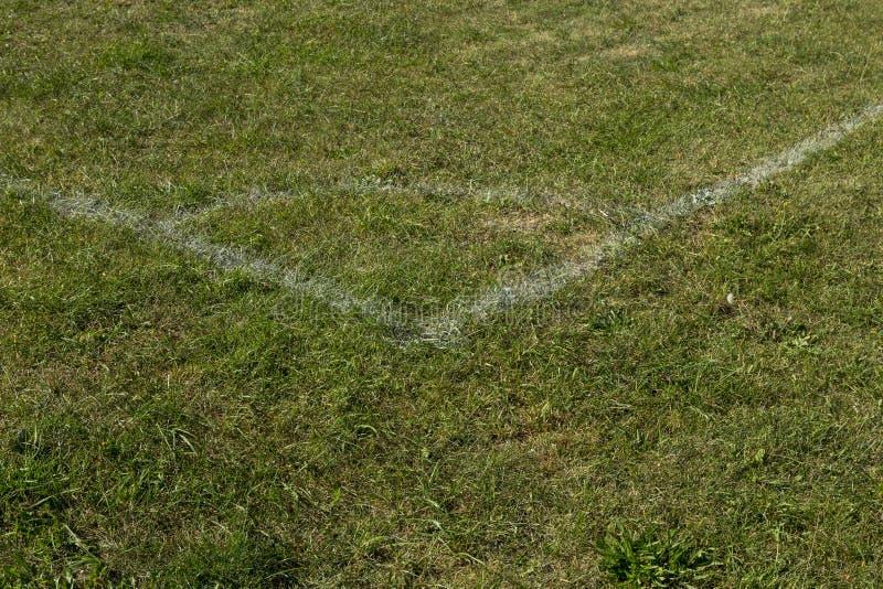 Угол с белыми метками, зеленая трава футбольного поля футбола стоковые фото