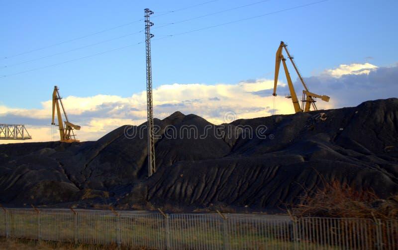 Уголь наваливает термоэлектрическую электростанцию стоковое изображение