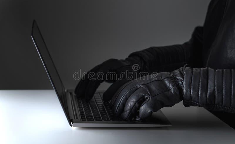 Угроза безопасностью кибер, нападение и онлайн концепция злодеяния стоковое изображение rf