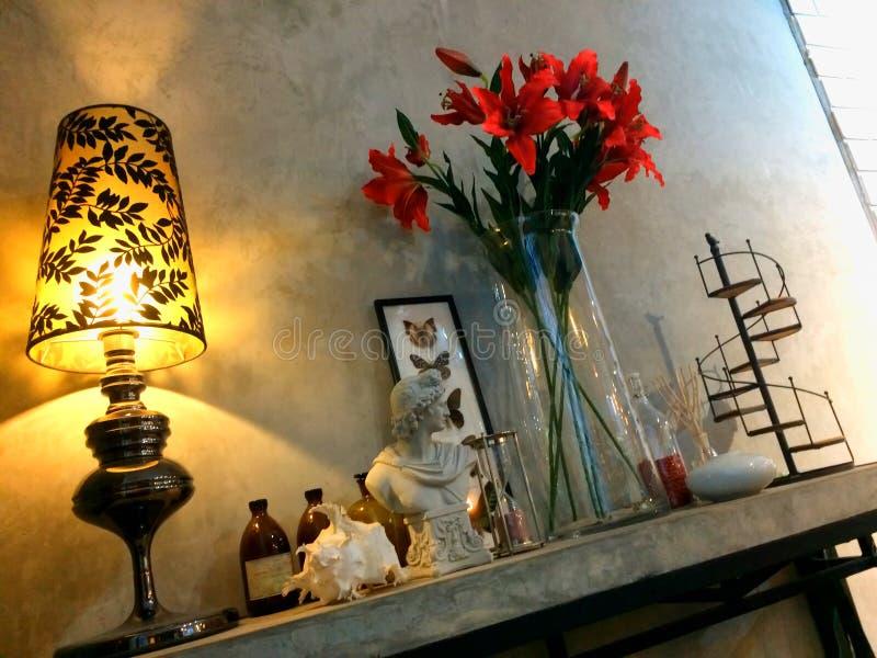 Угловой стиль просторной квартиры украшения комнаты, полки стены миномета стоковые фото