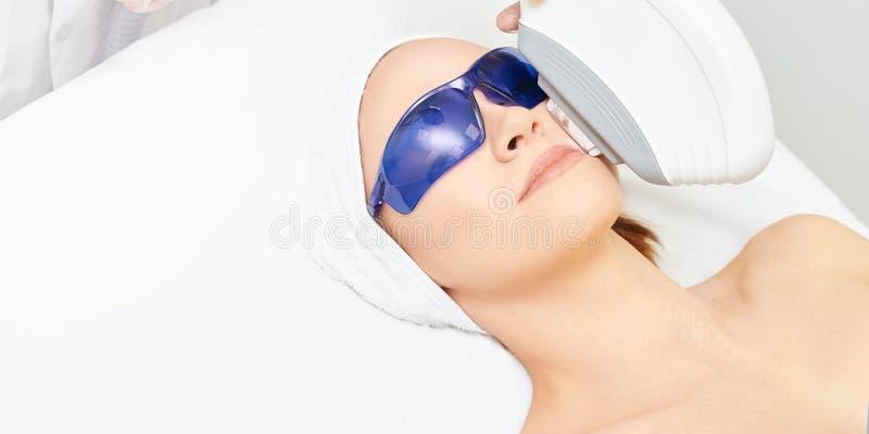 Удаление волос на лице лазера Прибор ipl косметологии Тело женщины в клинике Медицинская девушка красоты Инструмент обработки сал стоковая фотография