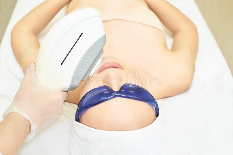 Удаление волос на лице лазера Прибор ipl косметологии Тело женщины в клинике Медицинская девушка красоты Инструмент обработки сал стоковое изображение rf