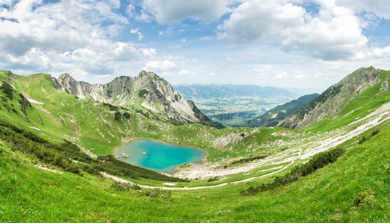 Удаленное озеро вверх по максимуму в высокогорных горах Gaisalpsee, Бавария стоковые фотографии rf