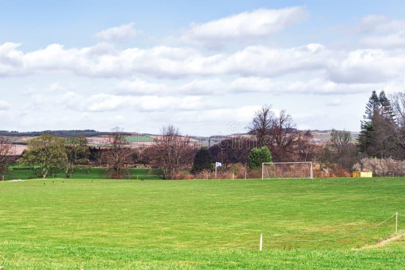 Удаленное футбольное поле в Falkland, деревня в файфе, Шотландии, Великобритании стоковая фотография rf