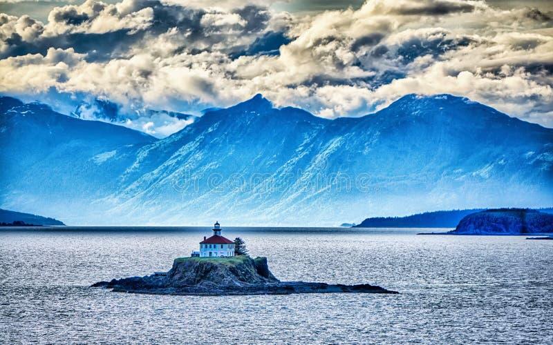 Удаленный остров маяка стоя в середине alask залива грязи стоковое изображение rf