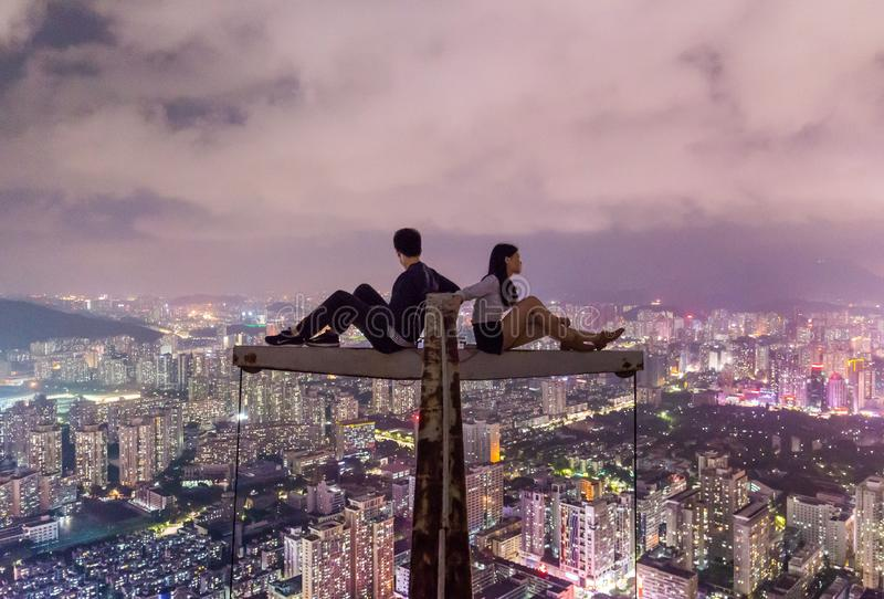 Удальцы сидя на высоком кране стоковое изображение