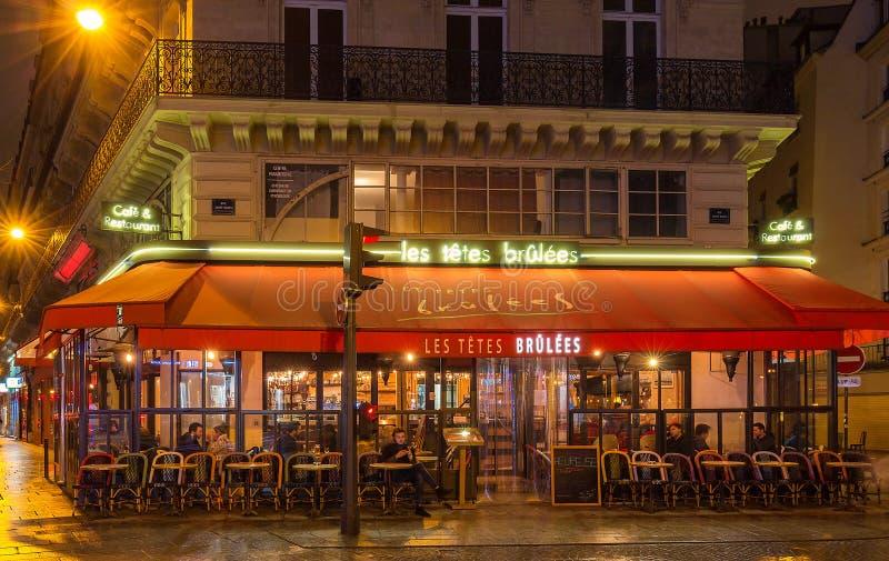 Удальцы brulees Les Tetes в французском традиционное французское кафе расположенное в сердце Парижа стоковые изображения rf