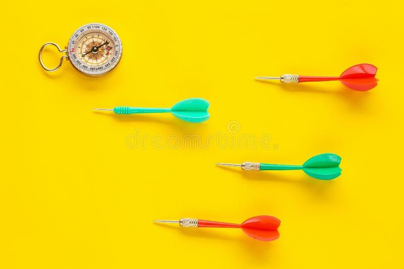 Ударьте стрелку дротика с компасом золота на предпосылке цвета, концепции успеха в бизнесе стоковые изображения