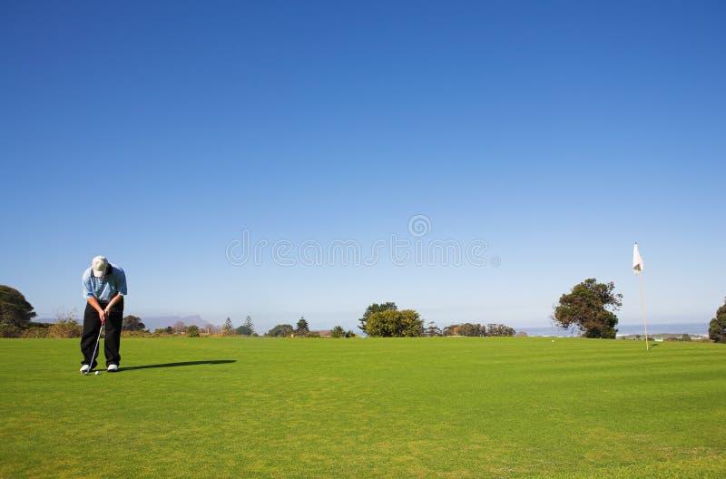 ударять игрока в гольф шарика стоковая фотография rf