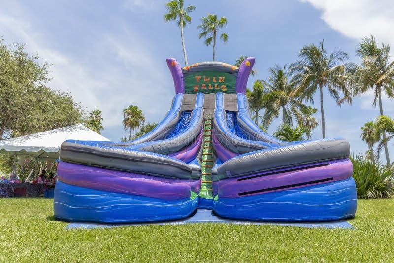 Удвойте потеху с видом спереди драматические цвета скольжений дома прыжка Twin Falls двойных стоковое изображение