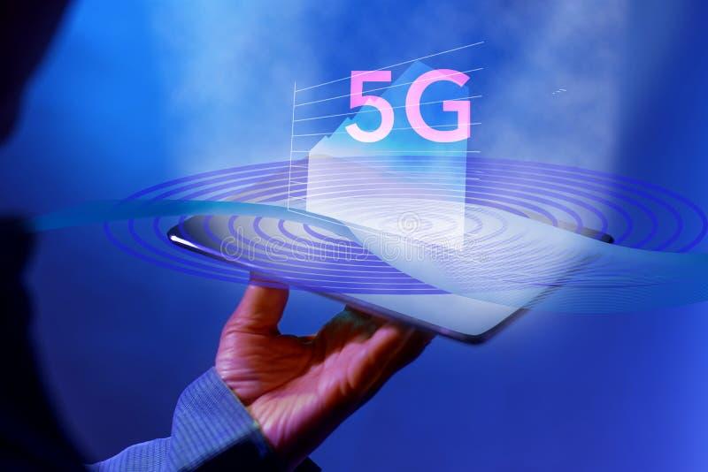 Удержание планшета цифров на высокоскоростной сети 5g с мобильным интернетом Концепция технологии сети дела и нового поколения да стоковые фото