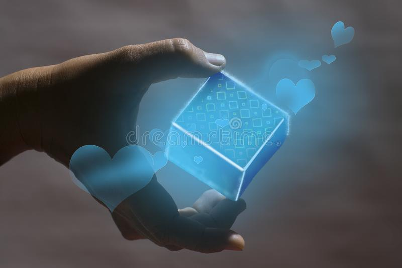 Удержание яркой коробки которая накаляет голубой дает с символа голубой любов стоковая фотография