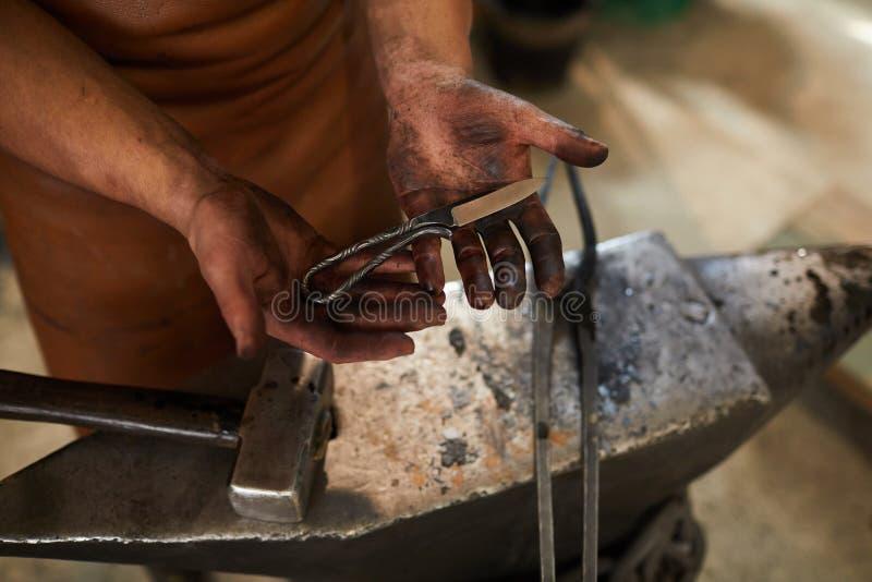 Удержание handmade ножа с текстурированной ручкой стоковое изображение rf