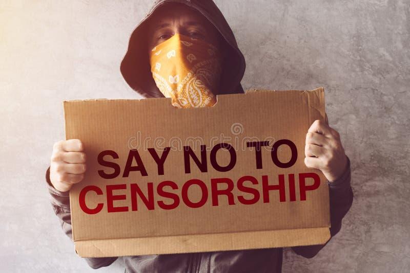 Удерживание активиста говорит нет к знаку протеста цензуры стоковое изображение rf