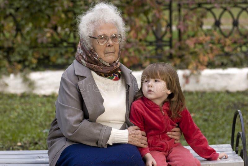 удерживание бабушки внучат большое стоковое изображение rf