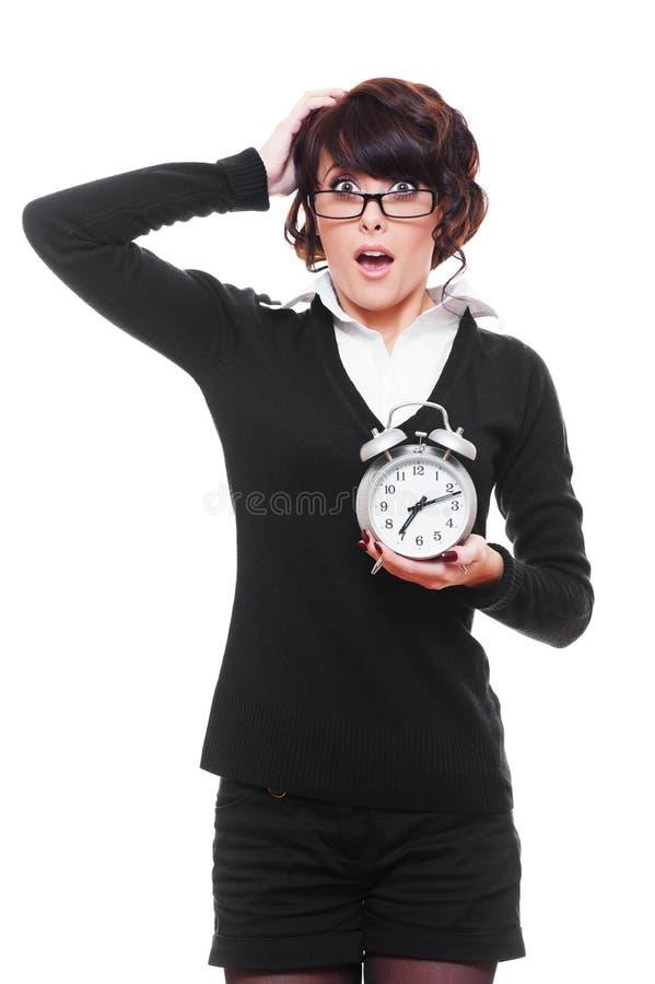 удерживание будильника сотрястло женщину стоковая фотография