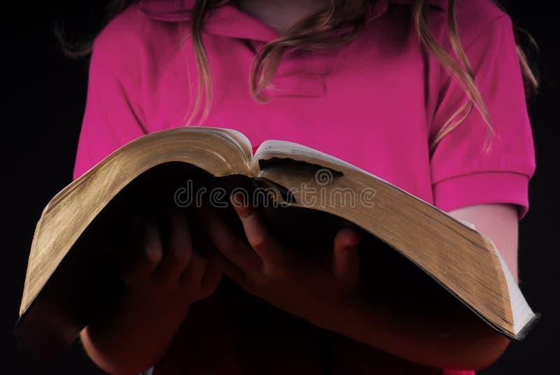 удерживание девушки библии стоковое фото