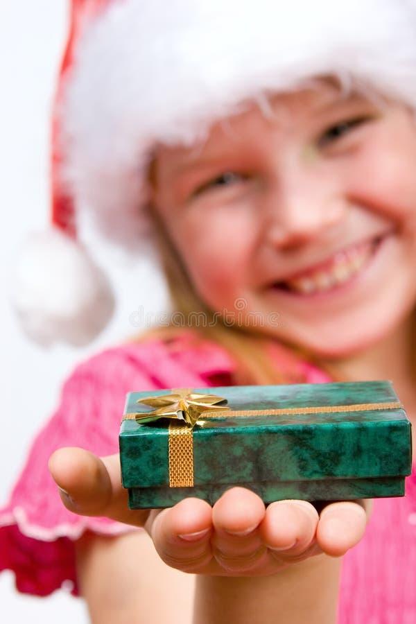 удерживание девушки подарка коробки стоковое изображение