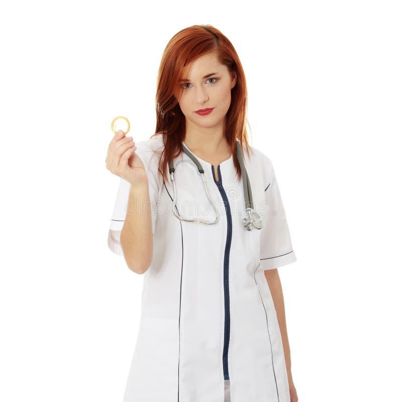 удерживание доктора презерватива женское стоковые фотографии rf