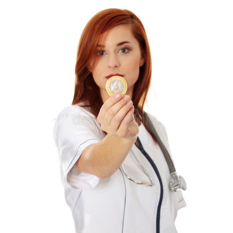 удерживание доктора презерватива женское стоковые изображения rf