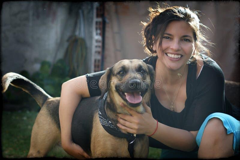 Удерживание женщины ее собака любимчика стоковая фотография